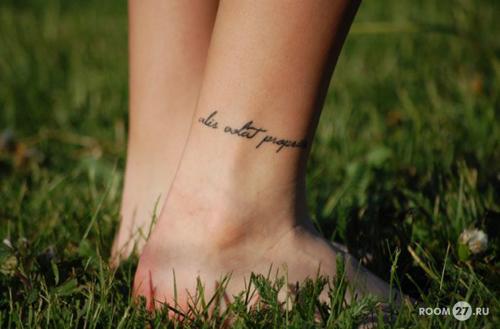 надпись angel, что означает тату девушка.