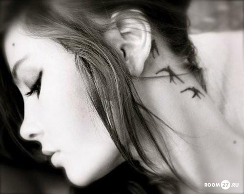 Татуировки на шее сбоку девушки всё