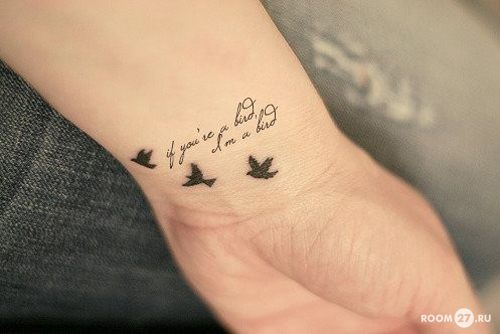 Для татуировки на запястье девушки