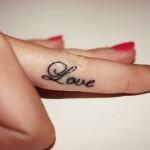 Тату надписи Love на пальцах