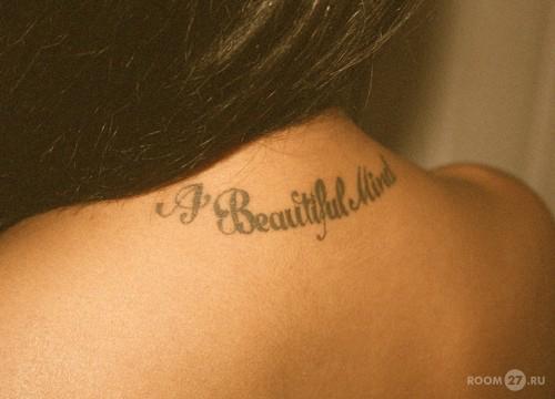 Надписи на шее девушки тату