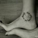 Тату надписи по кругу на ноге