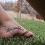 Тату надписи на ступне