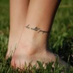 Тату надписи на ноге
