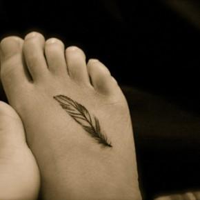 Татуировки для девушек перышки