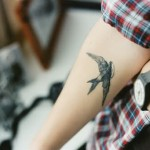 Татуировки на руках ласточка