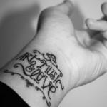 Татуировки на руках с надписью на запястье